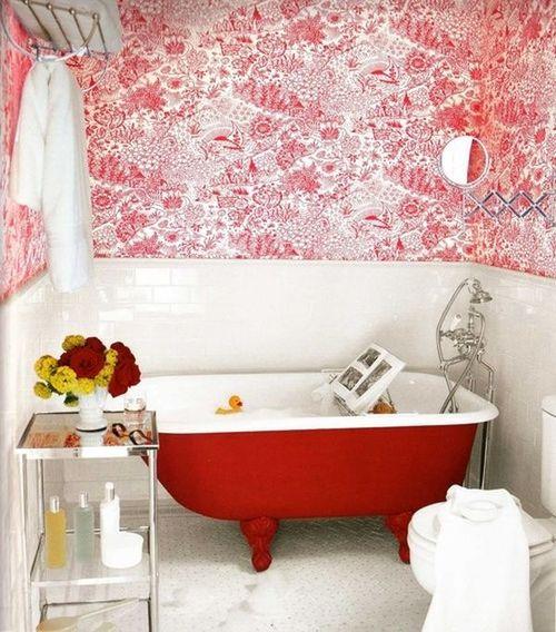 Красно-белые обои в ванной комнате