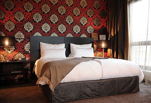 Красно-черные обои в спальне
